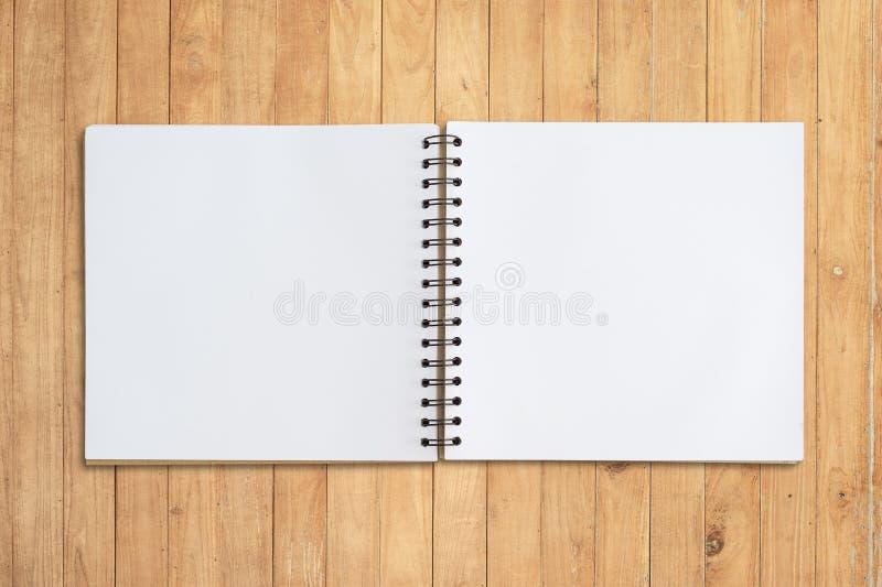Affronti lo sketchbook su legno per fondo e testo immagini stock libere da diritti