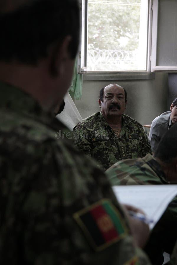 afgańczyk dyskutuje logisitics żołnierzy fotografia royalty free