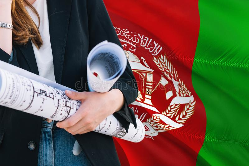 Afgański architekt kobiety mienia projekt przeciw Afganistan falowania flagi tłu Budowy i architektury poj?cie zdjęcie stock