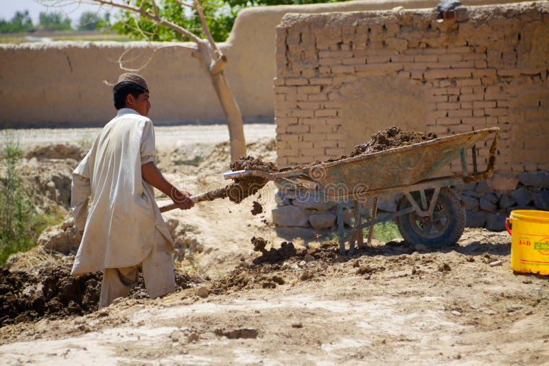 Afgański mężczyzna pomocy budowy irygaci kanał obraz royalty free