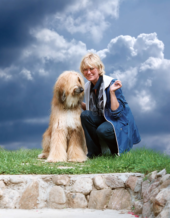 Afgano-perro y mujer