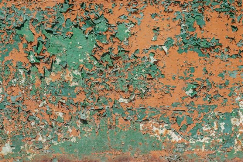 Afgebroken verf, geschilderde ijzeroppervlakte met een metaalcorrosie, oude achtergrond met schil en het barsten verf als achterg royalty-vrije stock fotografie