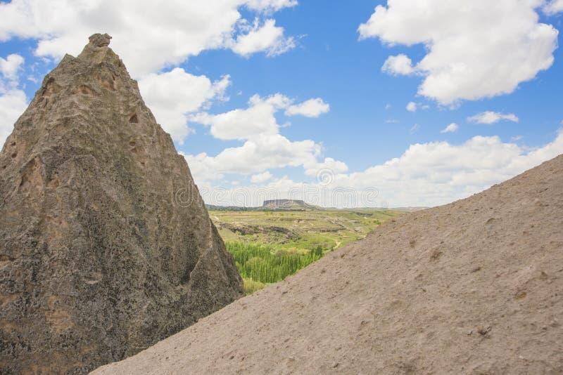 Afgedekte aardepijlers, rotsen, bergen, rotsenhemel stock foto's