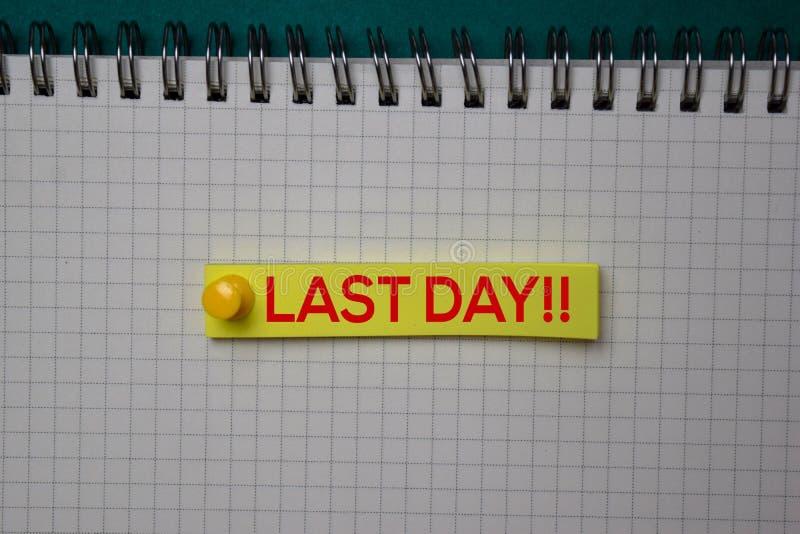 Afgelopen dag! schrijf op een kleverige nota die op groene achtergrond wordt geïsoleerd royalty-vrije stock foto's