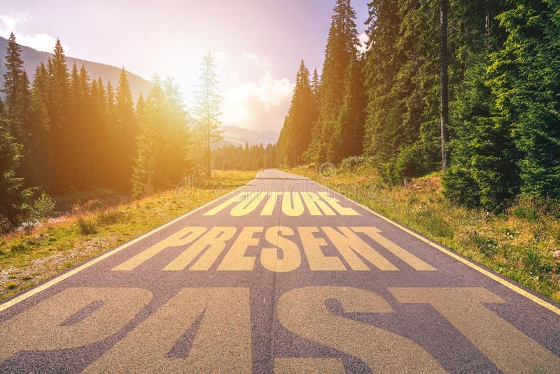 Afgelopen, Huidig, Toekomstig concept Het drijven op een lege weg in de bergen aan het Toekomstige Aanwezige overgaan en het wegg stock afbeeldingen
