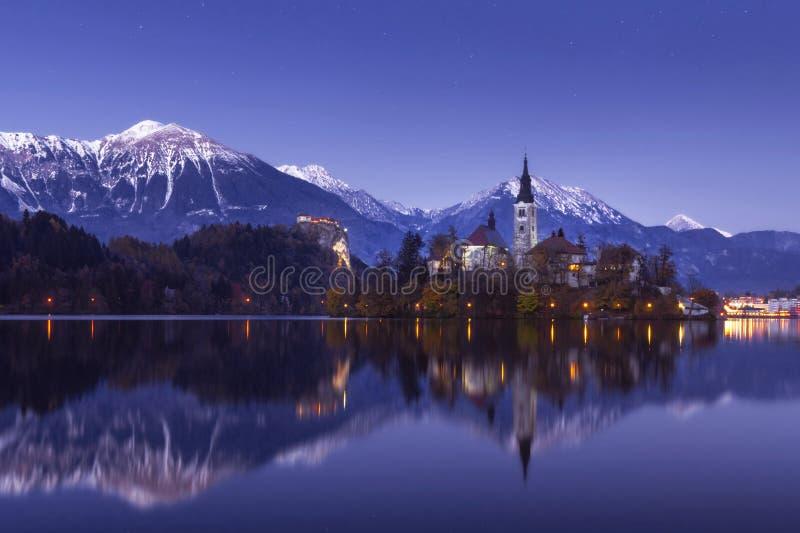 Afgetapt meer bij de winternacht met sterren en bezinning royalty-vrije stock foto
