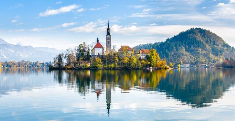 Afgetapt meer Mooi bergmeer met kleine Pilgrimag stock afbeeldingen