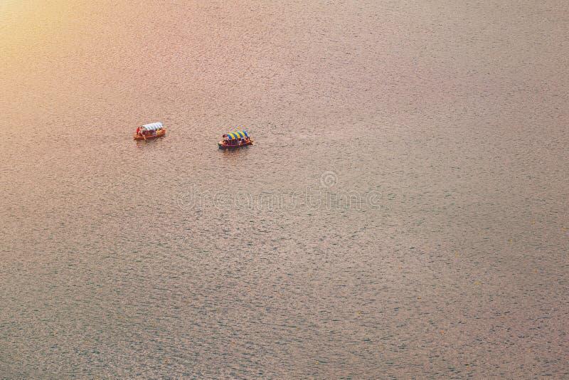 Afgetapt meer, Slovenië Hoogste mening van een boot die in het meer varen Het afgetapte meer is het beroemdste meer in Slovenië A stock fotografie