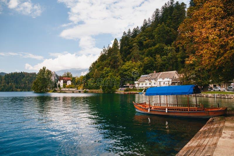 Afgetapt, Slovenië - September, 8 2018: Het Weergeven van het zuivere Meer tapte met een traditionele Pletna-boot voor toeristen  stock foto