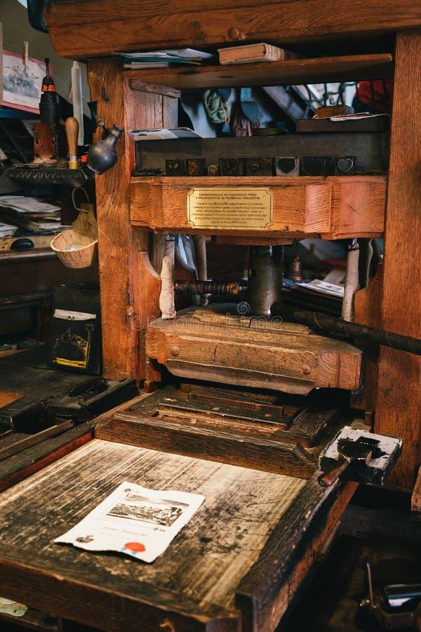 Afgetapt, Slovenië - September, 8 2018: Sluit omhoog van de drukmachine van oude houten opnieuw opgebouwde die Gutenberg nu voor  stock fotografie