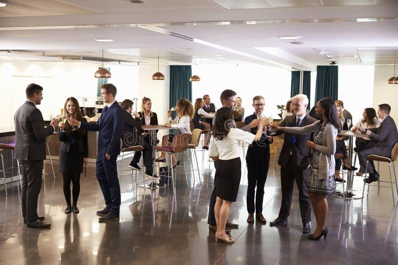 Afgevaardigdenvoorzien van een netwerk bij de Ontvangst van Conferentiedranken stock foto's