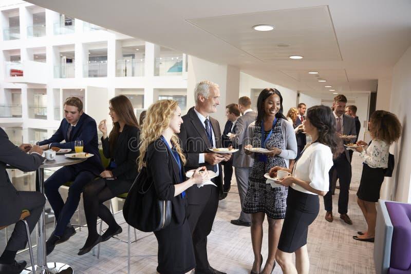 Afgevaardigdenvoorzien van een netwerk tijdens Conferentiemiddagpauze royalty-vrije stock afbeelding