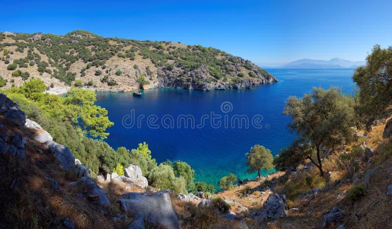 Afgezonderde baai in het Turkse Middellandse-Zeegebied stock afbeeldingen