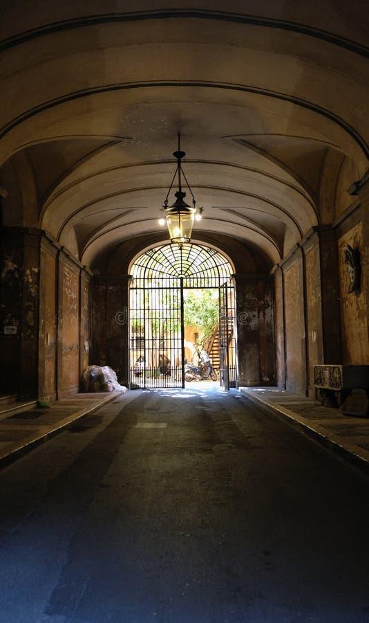 Afgezonderde Italiaanse gateway die verder al schoonheid en verborgen houdt stock afbeeldingen