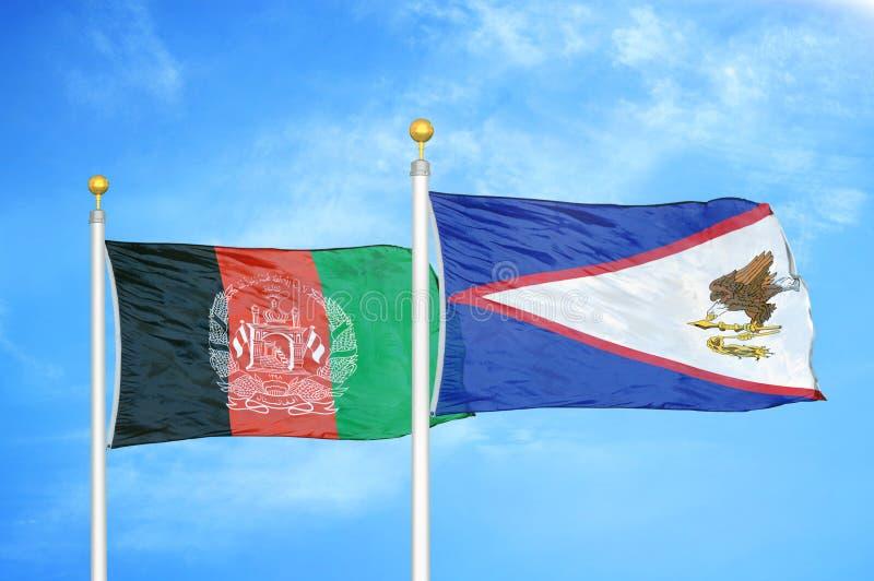 Afghanistan en de Amerikaanse Samoa twee vlaggen op de vlaggen en de blauwe troebel lucht royalty-vrije stock fotografie