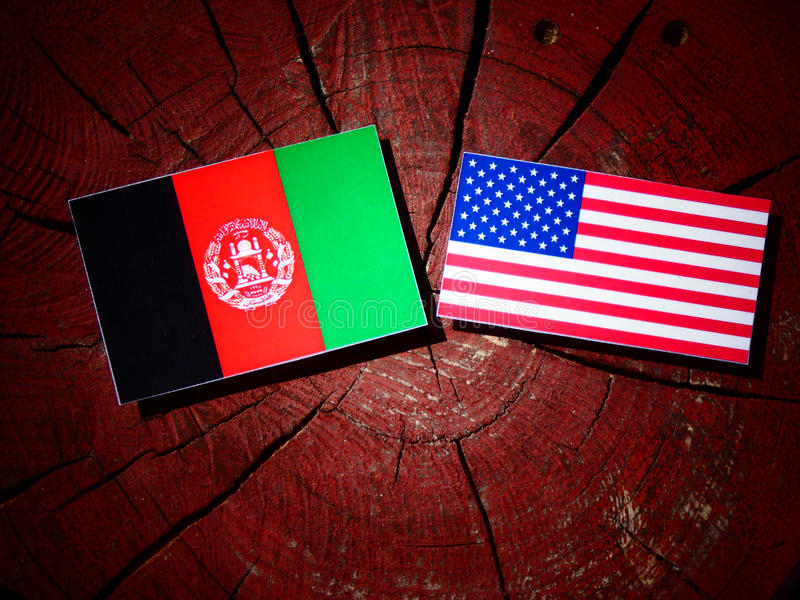 Afghanistan-Flagge mit USA-Flagge auf einem Baumstumpf stockbilder
