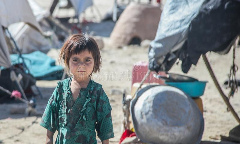 Afghanistan-Kinder in einem Fernflüchtlingsdorf mitten in kämpfender Jahreszeit lizenzfreies stockfoto