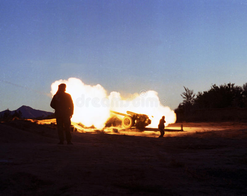 AFGHANISTAN. Northfoto Alliance fighters launch a fierce artillary barrage against Taliban forces north of Kabul, Afghanistan on Tuesday, October 22, 1996 stock photo