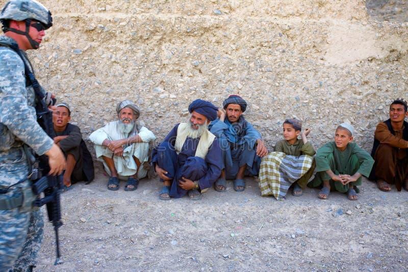 Afghans plaisantant avec Interperter image libre de droits