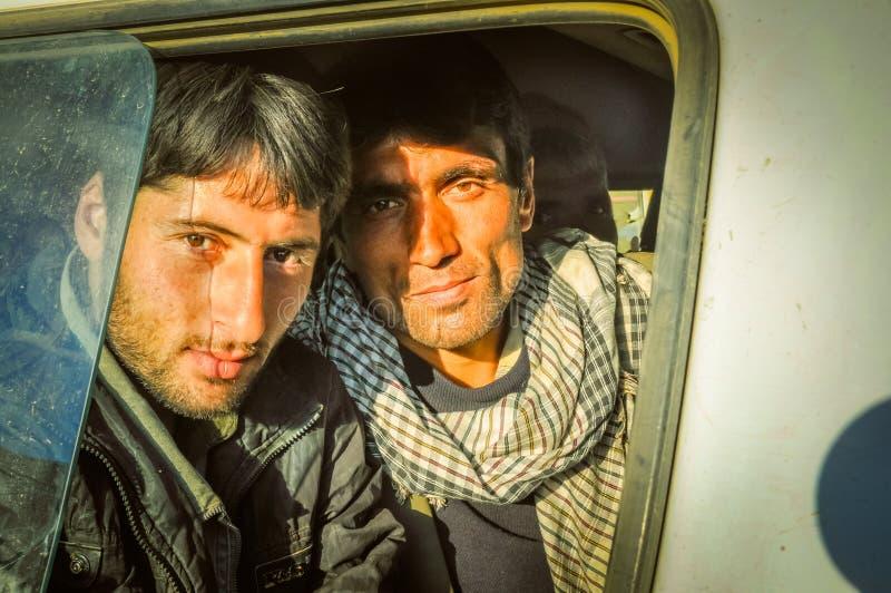 Afghanska män i bil i Afghanistan arkivfoto