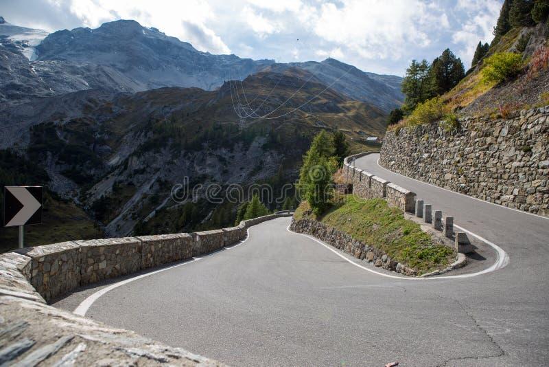 Afiado gire sobre uma estrada da montanha fotografia de stock royalty free