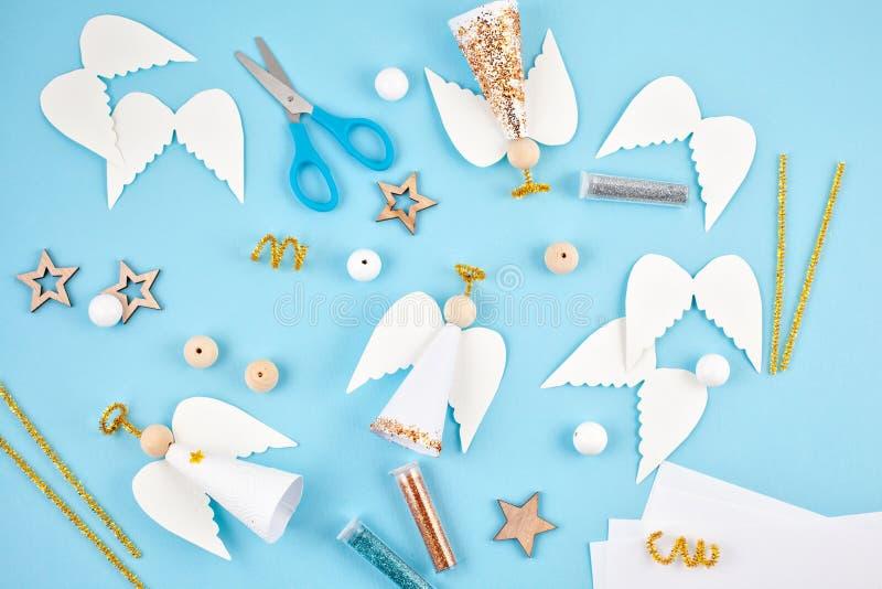 Afición creativa Decoración de la Navidad de DIY Proceso de hacer la mano imágenes de archivo libres de regalías