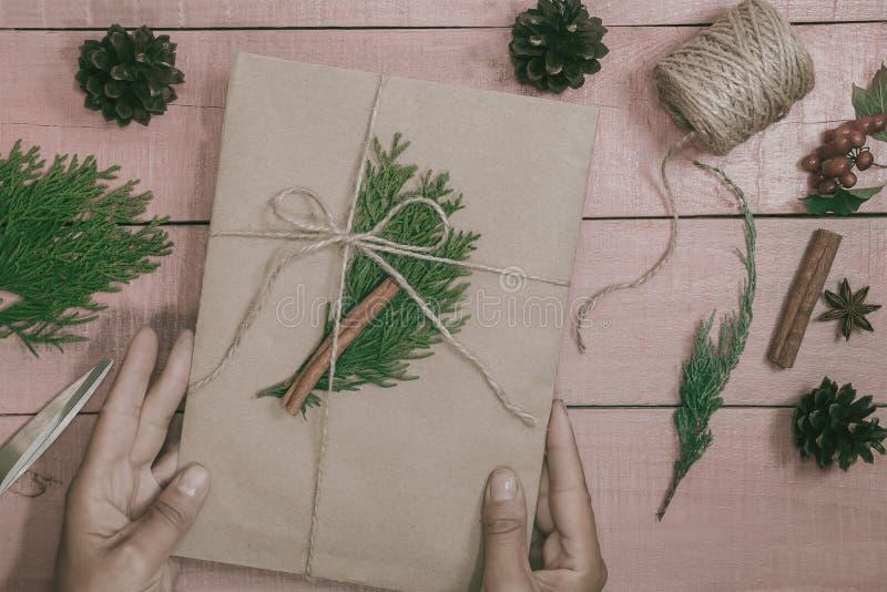 Afición creativa Envoltorio para regalos La Navidad moderna de empaquetado presen foto de archivo libre de regalías