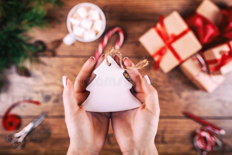 Afición creativa Woman& x27; las manos de s muestran el juguete hecho a mano del árbol de navidad del día de fiesta de la Navidad fotos de archivo