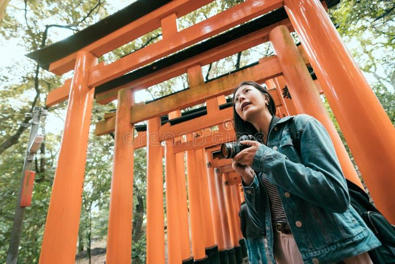 Afición de la fotografía que toma las fotos con la cámara del slr foto de archivo
