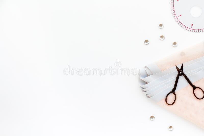 Afición que cose con el hilo, tijeras, tela lifestyle Mofa blanca de la opinión superior del fondo para arriba foto de archivo libre de regalías