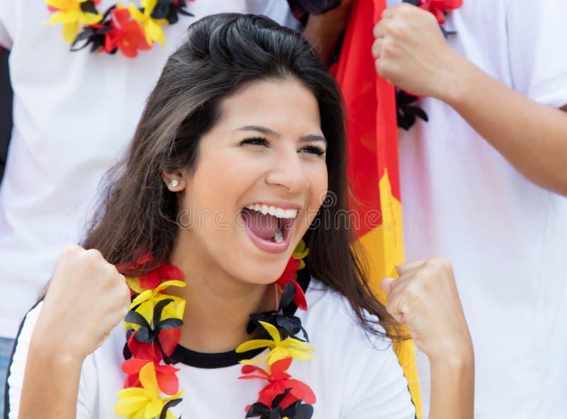 Aficionado al fútbol alemán feliz en el estadio imagen de archivo