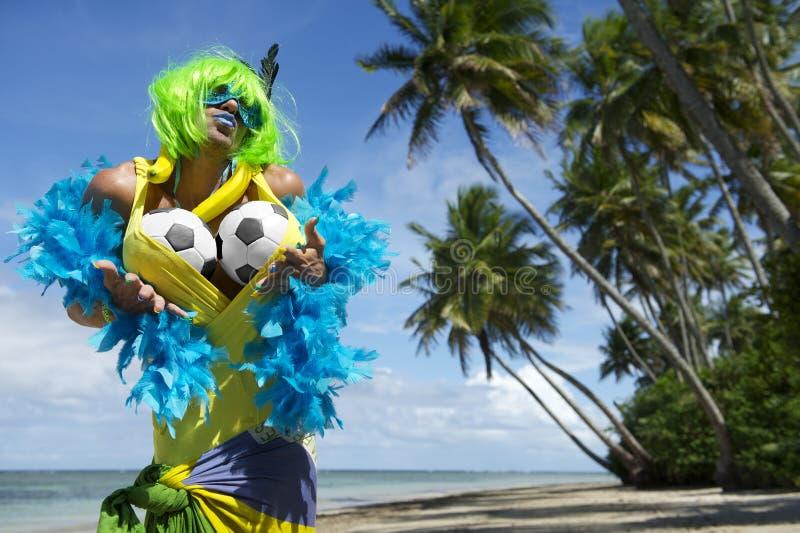 Aficionado al fútbol brasileño atractivo en la playa imagen de archivo libre de regalías