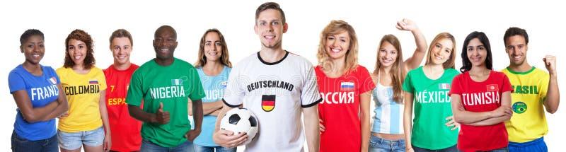 Aficionado al fútbol de Alemania con las fans de otros países imagen de archivo