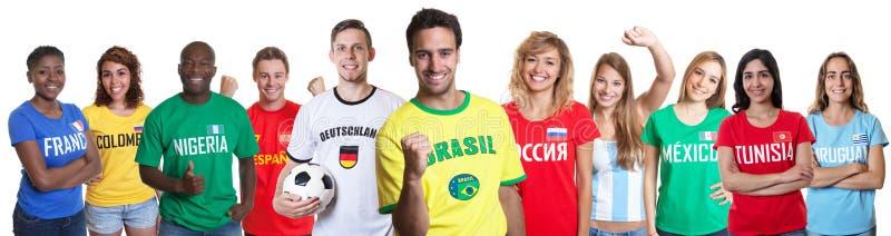 Aficionado al fútbol del Brasil con las fans de otros países foto de archivo