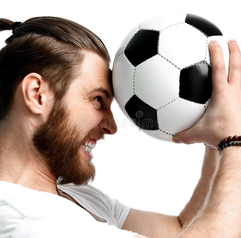 Aficionado al fútbol del hombre joven que sostiene la bola del fútbol que celebra el grito de griterío hacia fuera aislado ruidos fotos de archivo libres de regalías
