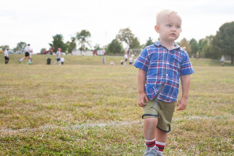 Aficionado al fútbol joven foto de archivo