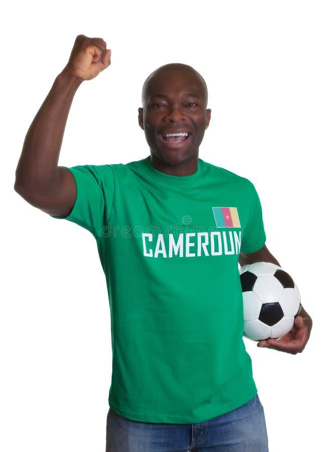 Aficionado al fútbol que anima del Camerún con la bola fotografía de archivo libre de regalías