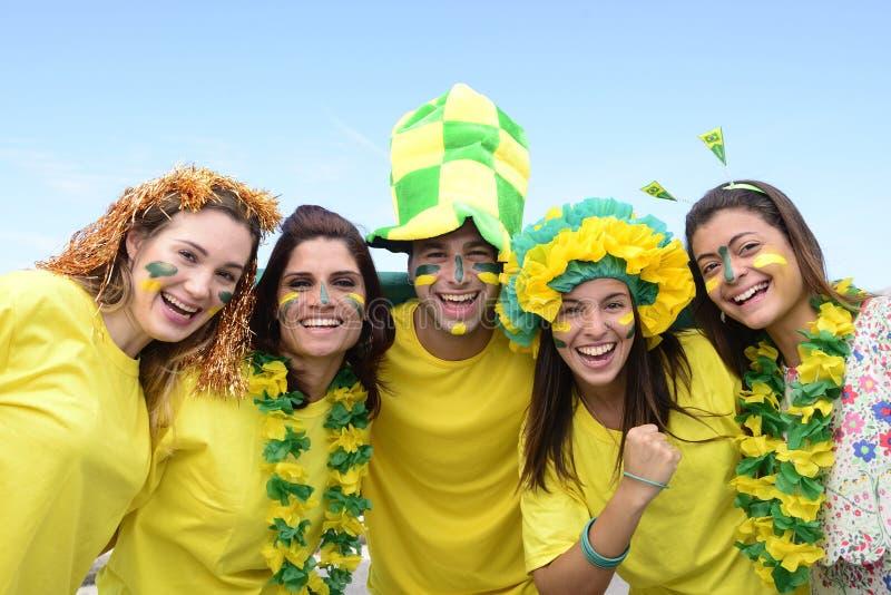 Aficionados al fútbol brasileños que conmemoran. foto de archivo