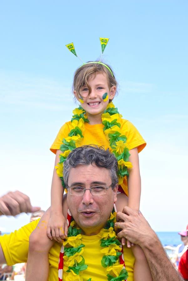 Aficionados al fútbol del padre y de la hija. imágenes de archivo libres de regalías