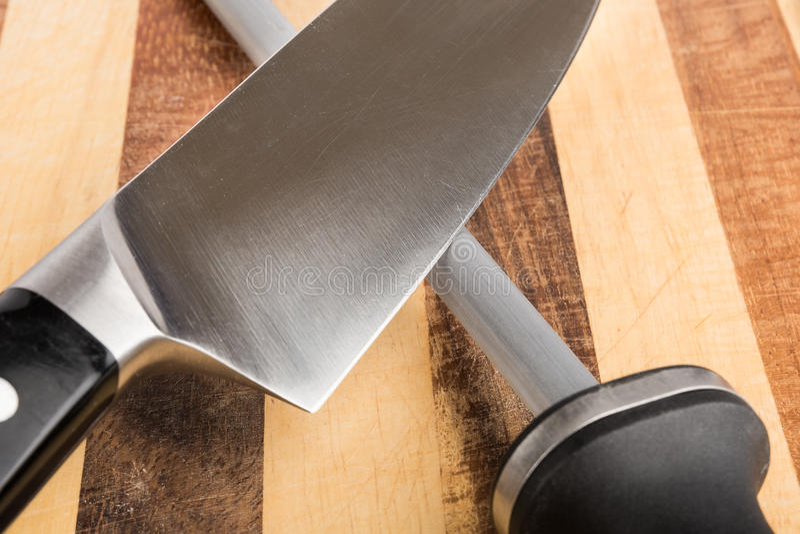 Afiladura del primer del cuchillo imagen de archivo