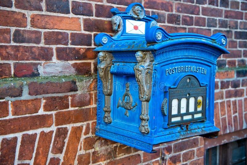 Afixe a cor azul da caixa no fundo da parede de tijolo vermelho imagem de stock royalty free