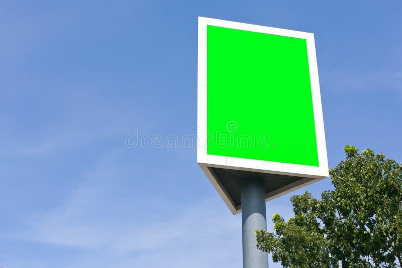 Afixe exterior vazio do sinal no céu e na árvore imagem de stock royalty free