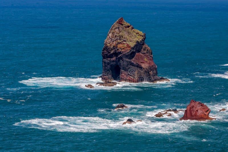 Afloramientos rocosos en St Lawrence en Madeira que muestra el clourat inusual imágenes de archivo libres de regalías
