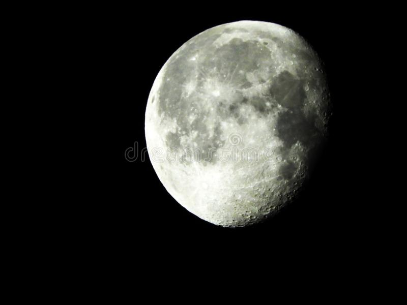 Afnemende Gibbous Maan bij 92%-hoogtepunt met meteorietkraters stock foto's