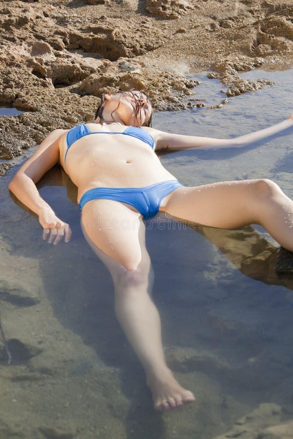 Afogando a mulher na água fotografia de stock royalty free