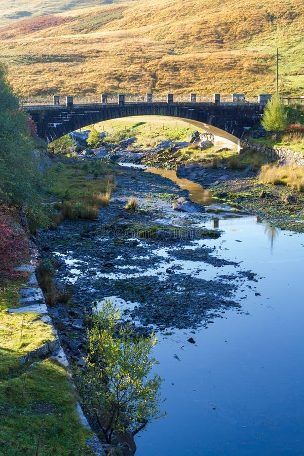 Afon Claerwen con il ponte Fiume tranquillo nella campagna di lingua gallese fotografia stock