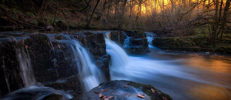 Afon Pyrddin rzeka blisko Pontneddfechan fotografia royalty free