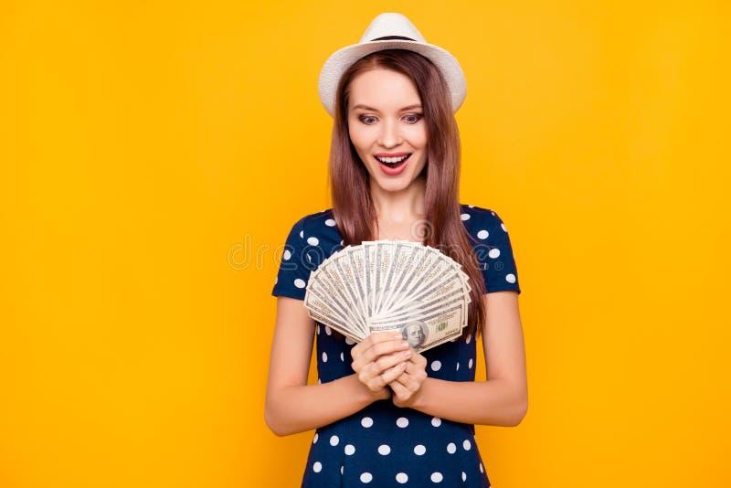 Afortunado, emocionado, feliz, encantando, muchacha atractiva, bonita en polk fotografía de archivo