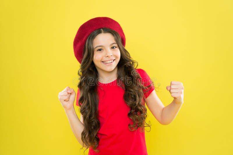Afortunado y hermoso Sombrero rojo del desgaste brillante sano largo del pelo de la muchacha del ni?o Ni?a con el pelo largo Cara fotos de archivo