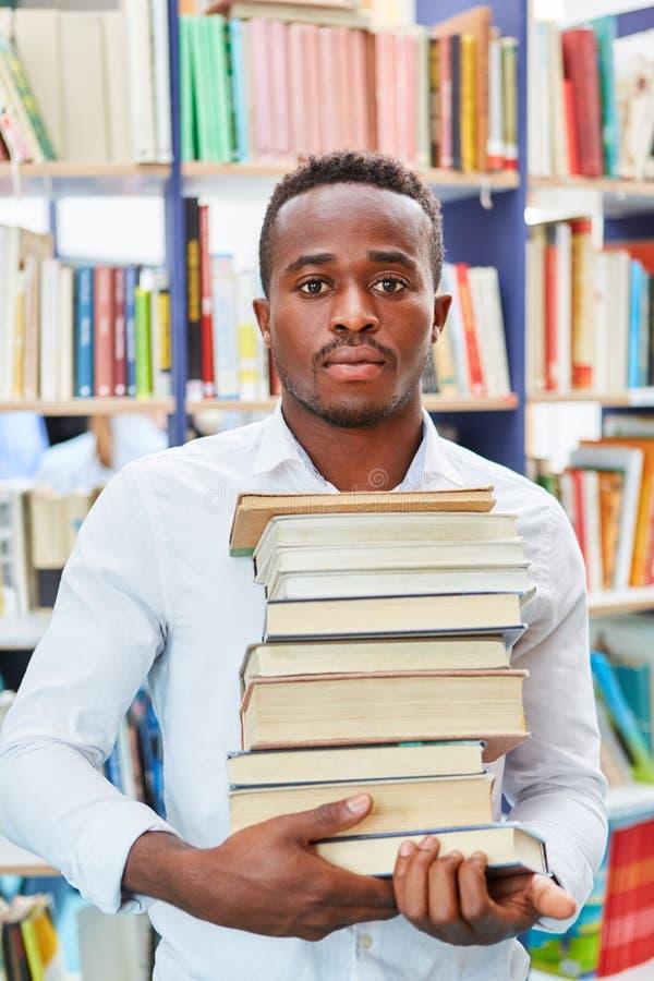 Africain de jeunes en tant qu'étudiant avec des livres image stock
